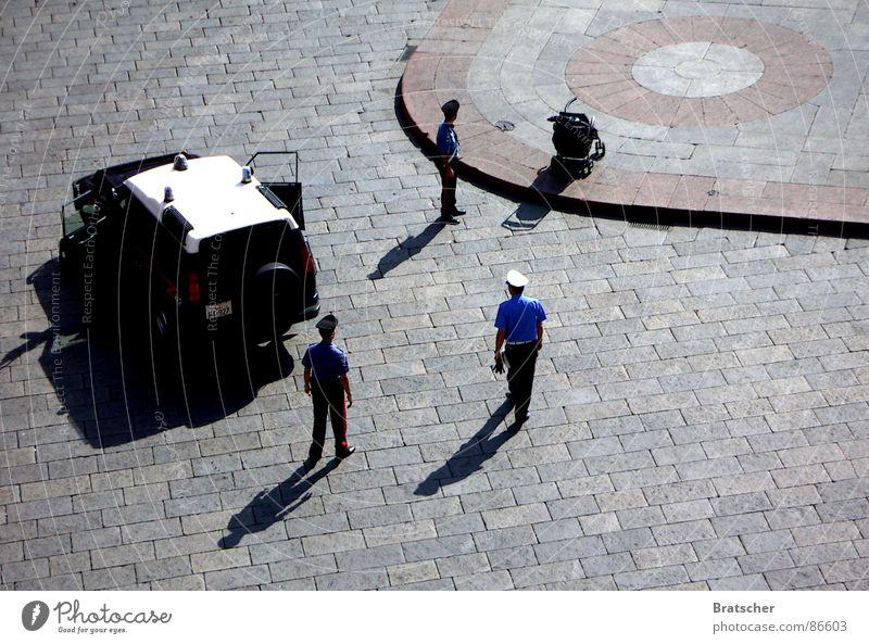 Papiere, bitte. Polizeiwagen Kriminalität Polizist Platz Terrorismus Grüne Minna Misstrauen Überwachungsstaat Marktplatz Schauplatz skeptisch G8 Gipfel