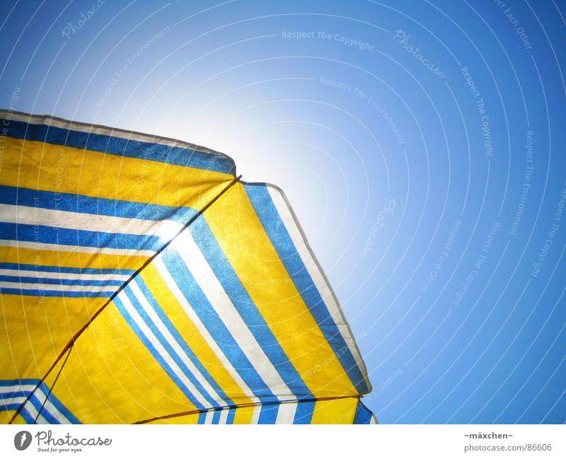 summerfeeling II Himmel weiß Sonne blau Sommer Strand Ferien & Urlaub & Reisen gelb Erholung Wärme Eis Physik Sonnenschirm genießen Sonnenbad Schnellzug