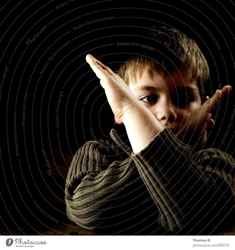 Handzeichen schwarz Ernährung dunkel Junge Holz Kopf Traurigkeit Denken hell Beleuchtung Arme Tisch Kommunizieren stoppen Streifen