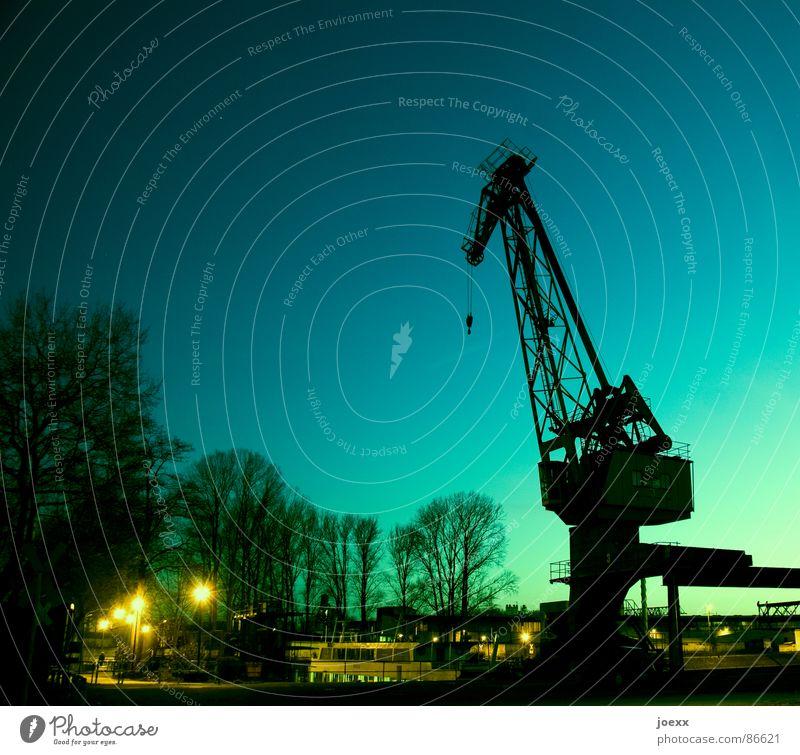 Abgehakt Abenddämmerung Arbeit & Erwerbstätigkeit Bagger Dock Eisen Feierabend Ware Gegenlicht Haken heben Anlegestelle Ruhrgebiet Kran Kranfahrer Gewicht