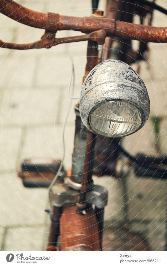Rost in seiner schönsten Form Fahrrad alt retro braun Fahrradlicht Lenker Glas Metall Bürgersteig Menschenleer Schwache Tiefenschärfe
