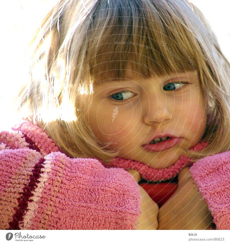 MAUSEZÄHNCHEN Mädchen 1-3 Jahre Porträt Kindergesicht Anschnitt Bildausschnitt Kinderaugen Wegsehen positiv kindlich blond niedlich allerliebst Wollpullover