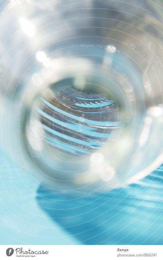 Blick in die Flasche blau Wasser Glas Getränk Sauberkeit Innerhalb (Position) Einblick Flaschenhals Wasserflasche