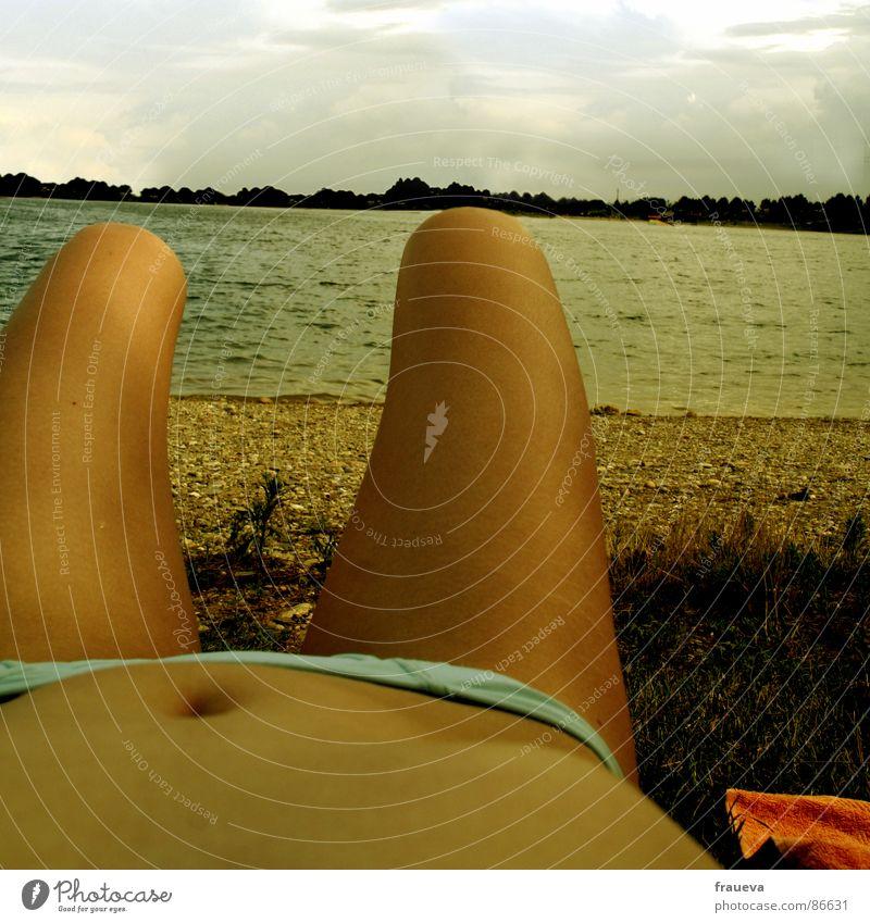 der see und ich Frau Sommer Erholung See Beine Zufriedenheit braun Körper liegen Freizeit & Hobby Bikini Bauch Sonnenbad Kies Baggersee