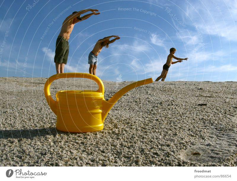 can acrobatics Kannen Gießkanne gelb Sommer Physik Blende Kunst Kunsthandwerk Bergbau Sonne Wärme Schwimmen & Baden Perspektive Himmel Surrealismus Irritation