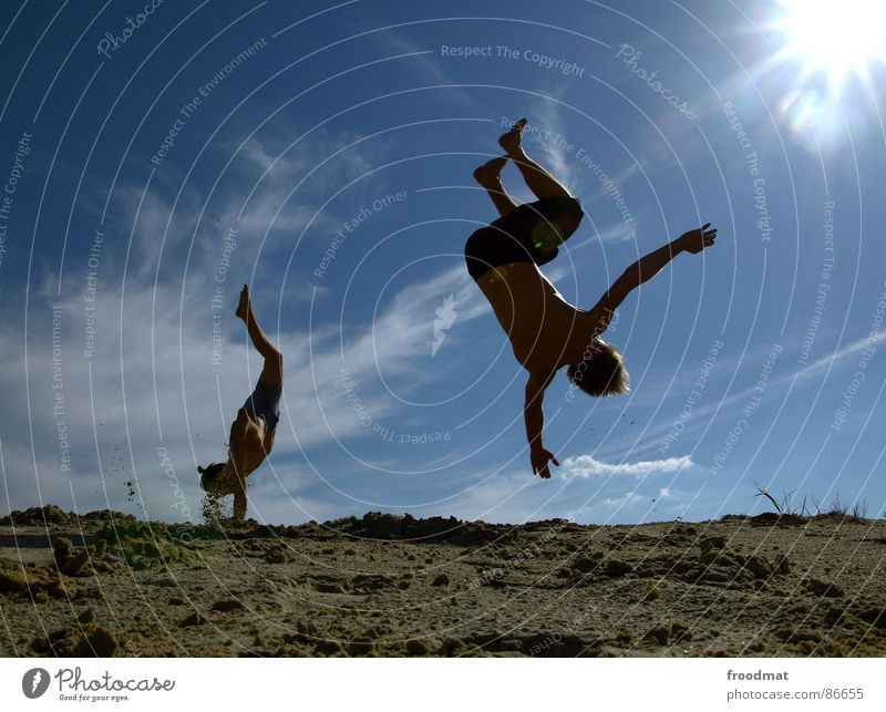 salto Sommer Gegenlicht Salto Rückwärtssalto Aktion Physik heiß Licht Sonne Schatten Freude fun Dynamik Wärme fliegen Himmel