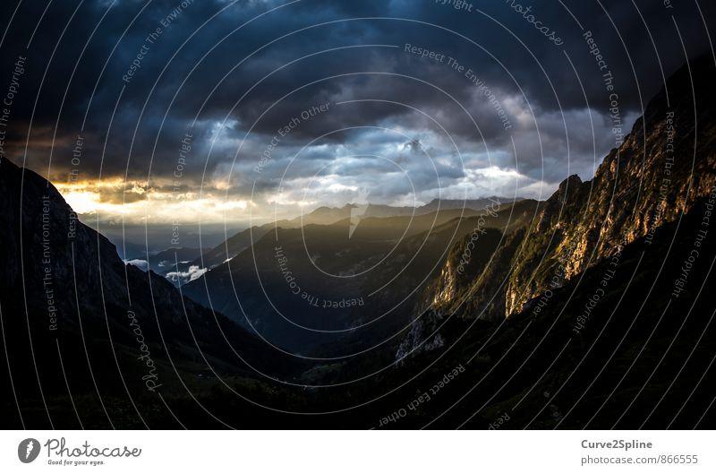Bergwelt Natur Urelemente Himmel Gewitterwolken Sommer Wetter schlechtes Wetter Felsen Berge u. Gebirge Gipfel ästhetisch bedrohlich dunkel Stimmung Leben