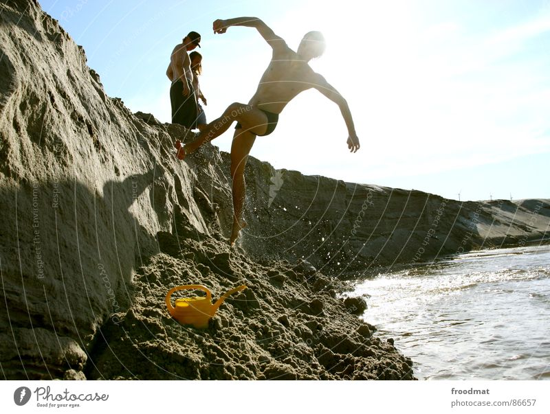 run of the wall Kannen Gegenlicht Gießkanne Aktion Physik anstößig Pornographie Sommer Freude ei hängt aus der hose Wasser rennen Schatten Sonne Himmel Wärme