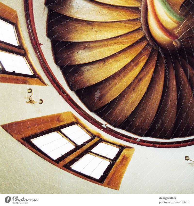 Gewunden Windung Wendeltreppe Holz Fenster Treppenhaus Holzmehl Detailaufnahme Mansfeld biegen Turm Burg oder Schloss stairs loop helical stair spiral stair