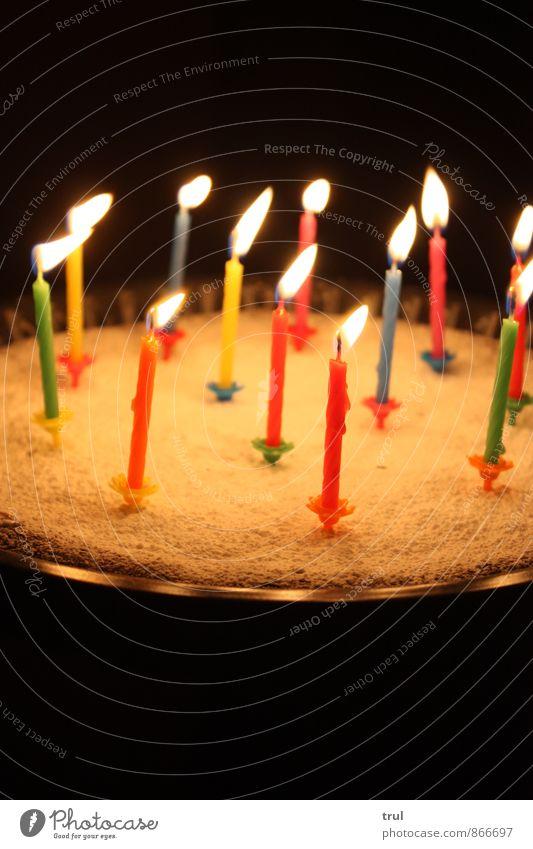 geburtstagus Feste & Feiern Geburtstag lecker blau gelb grün rosa Puderzucker Schokoladenkuchen Kerze Kerzendocht Kerzenschein leuchten Farbfoto Innenaufnahme
