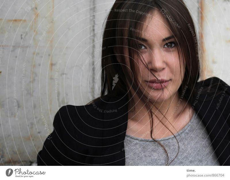 . Mensch Jugendliche schön Junge Frau 18-30 Jahre Erwachsene feminin Zufriedenheit ästhetisch beobachten T-Shirt Kontakt Konzentration Jacke brünett langhaarig