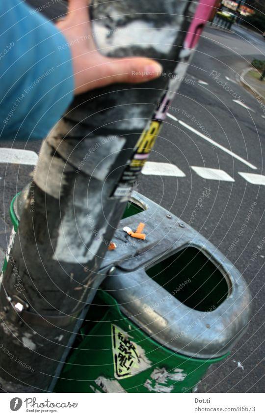 mach mal Pause Hand Straße warten Bildausschnitt Müllbehälter Öffentlich Straßenübergang Zigarettenstummel
