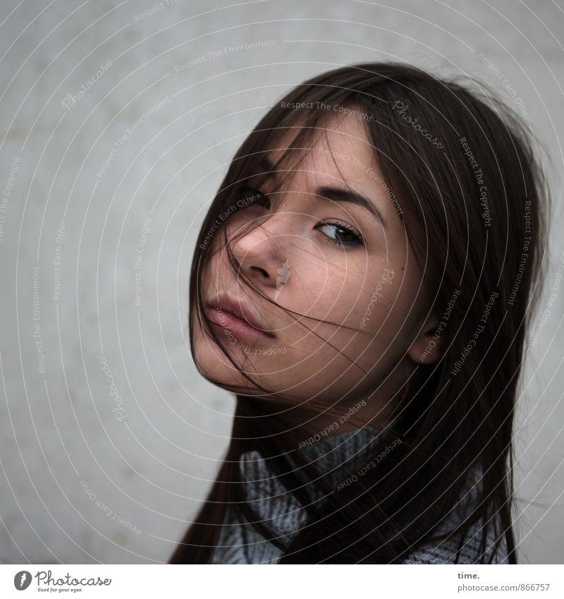 . feminin 1 Mensch 18-30 Jahre Jugendliche Erwachsene Pullover brünett langhaarig beobachten träumen schön Leidenschaft Vertrauen Vorsicht Gelassenheit geduldig