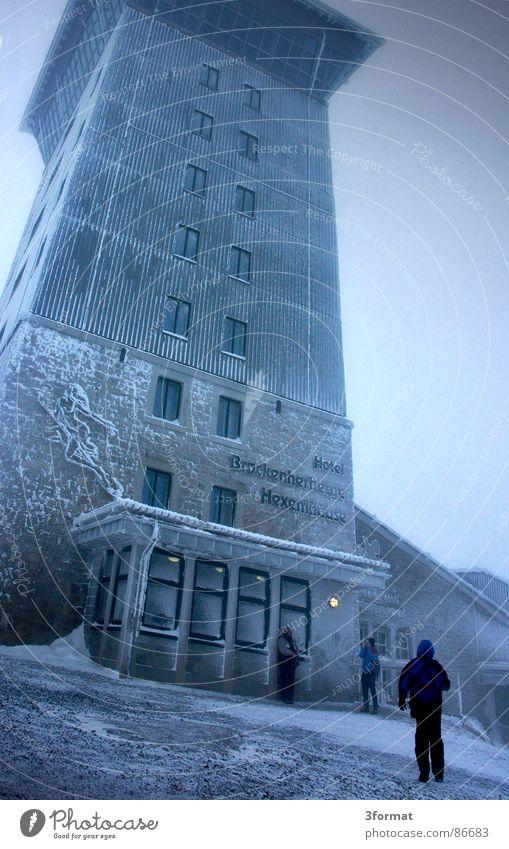 brockenhotel Haus kalt Schnee grau Kraft wandern Macht bedrohlich Turm Schutz Gastronomie Hotel Gewalt Denkmal Wahrzeichen Surrealismus