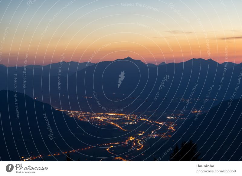 Blick in's Tal Himmel Natur Ferien & Urlaub & Reisen blau Sommer Einsamkeit Erholung rot Landschaft Umwelt gelb Berge u. Gebirge Straße Gefühle außergewöhnlich