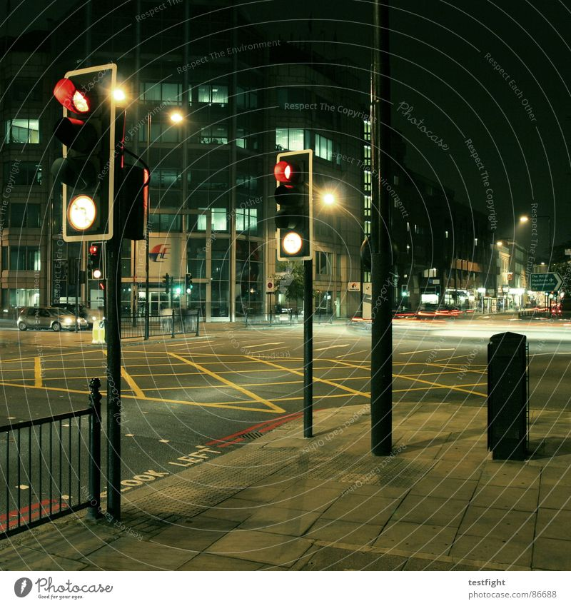 look left London Lampe Licht Laterne Ampel KFZ rot Zebrastreifen links Verkehrswege heathrow night on earth red light schau links traffic traffic light Mischung