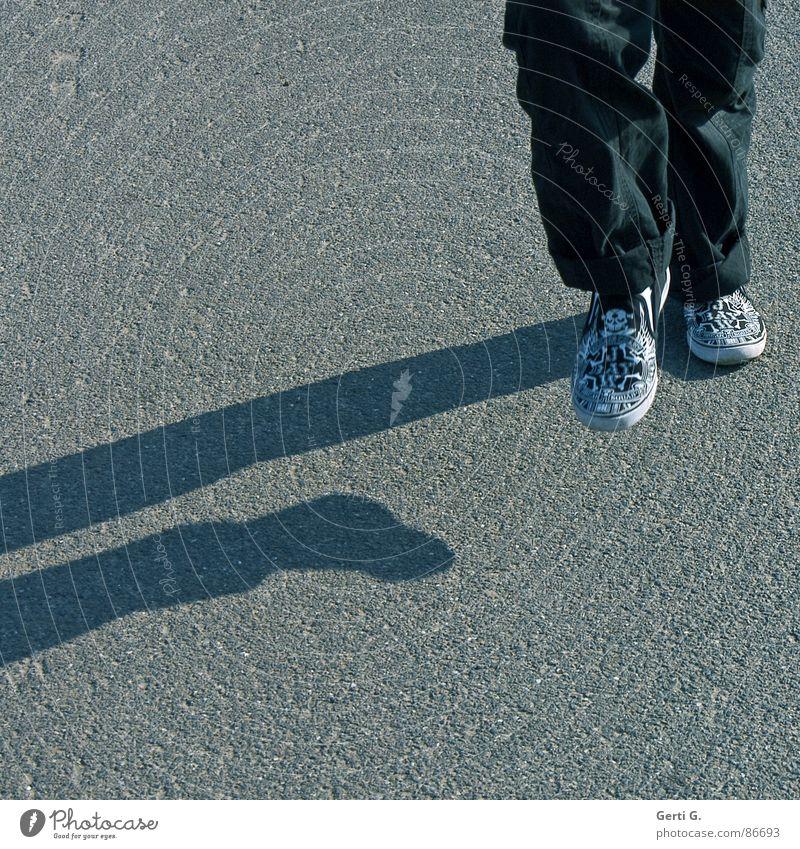 foot luck™ - die Serie - part 5 Blauton Schuhe Muster Slipper Lieferwagen Turnschuh hüpfen Sonnenlicht schwarz Asphalt grau Freude Kind körperteilteilkörper
