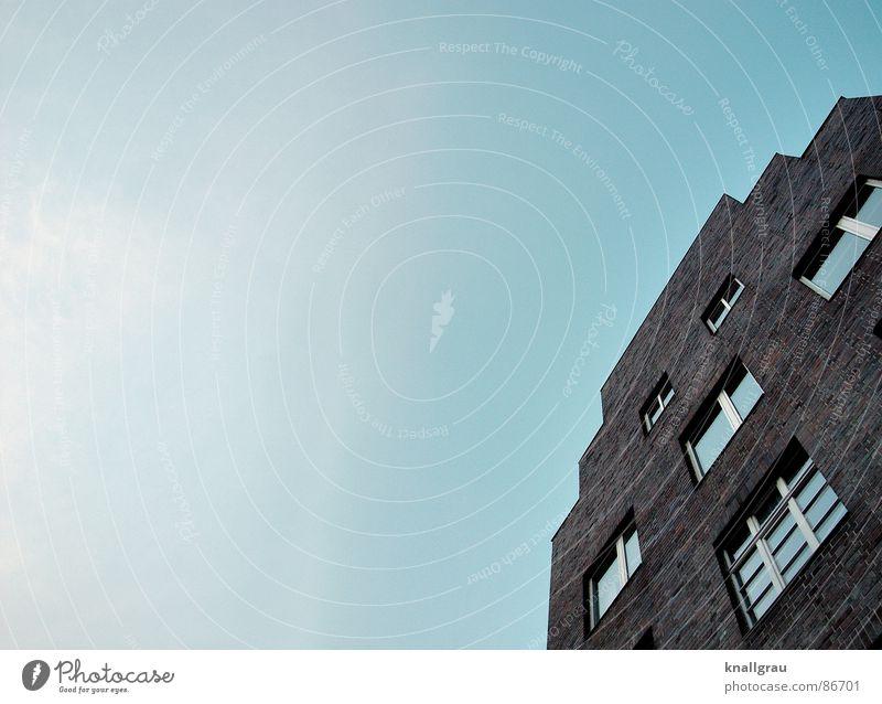 Hausecke Himmel Ferne Fenster Freiheit Stein Gebäude geschlossen Fassade Perspektive Häusliches Leben Dach Idylle Backstein Schönes Wetter Aussicht