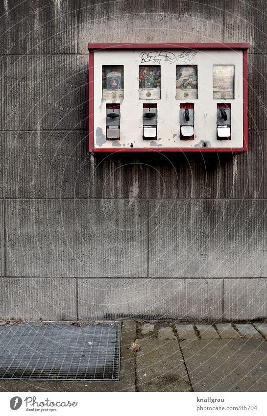 Kindheitserinnerung Weingummi Kaugummiautomat Automat bezahlen Spielzeug Süßwaren Wand Wohngebiet Fassade Altbau Wachstum alt erinnern Sanieren früher schnökern