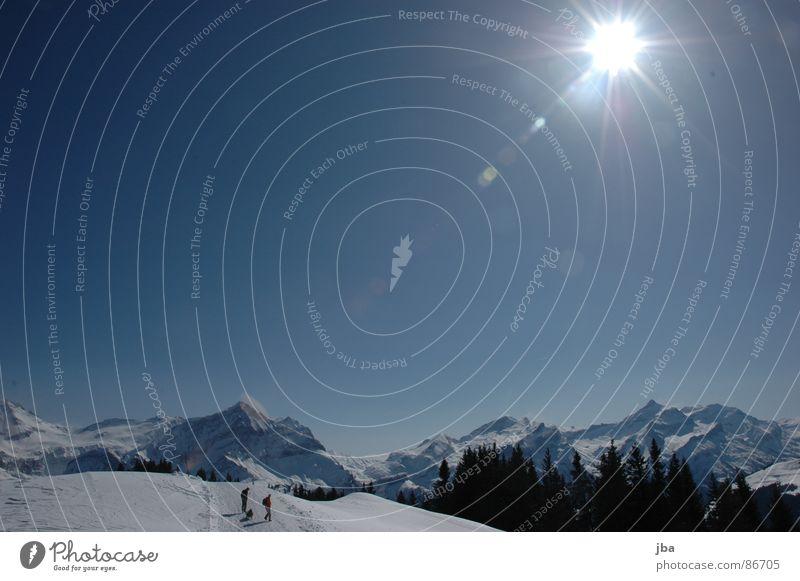 Winterspatziergang Himmel schön Sonne Winter Wald Schnee Berge u. Gebirge gehen wandern Tanne Schönes Wetter Strahlung Schneelandschaft blenden Blauer Himmel Winterurlaub