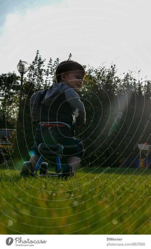 Tschüss Freizeit & Hobby Fahrradtour Fahrradfahren maskulin Kleinkind Junge 1 Mensch 1-3 Jahre Natur Gras Wiese rennen glänzend Lächeln Spielen Freundlichkeit