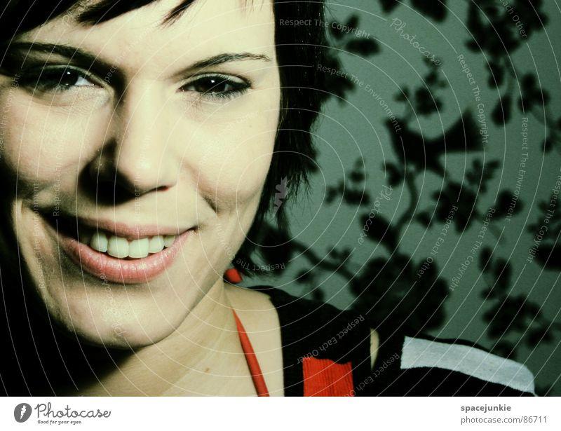 Ein Mädchen grinst im Walde Frau Porträt Tapete lachen aufregend attraktiv Freude grinsen leises lachen