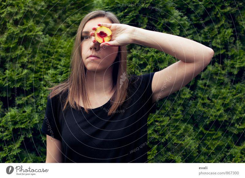 Alpträume feminin Frau Erwachsene 1 Mensch 18-30 Jahre Jugendliche brünett Nektarine Blut Hand grün anstrengen Hecke Gesicht verdecktes Gesicht Farbfoto