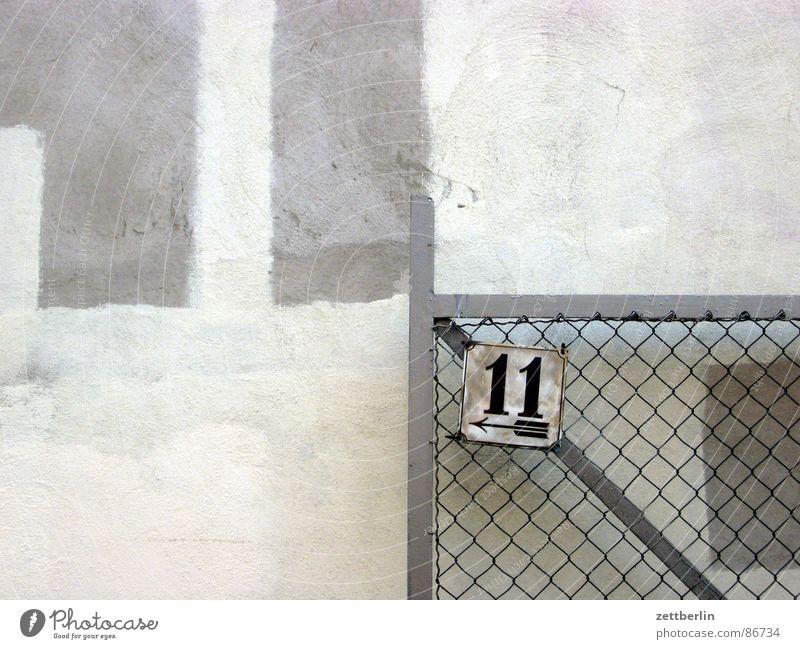 Elf zählen Elfmeter Ziffern & Zahlen Hausnummer Eingang Ausgang Mauer Anstrich Unsinn Linie Maschendrahtzaun Giebelseite Tor Durchgang Einfaltspinsel