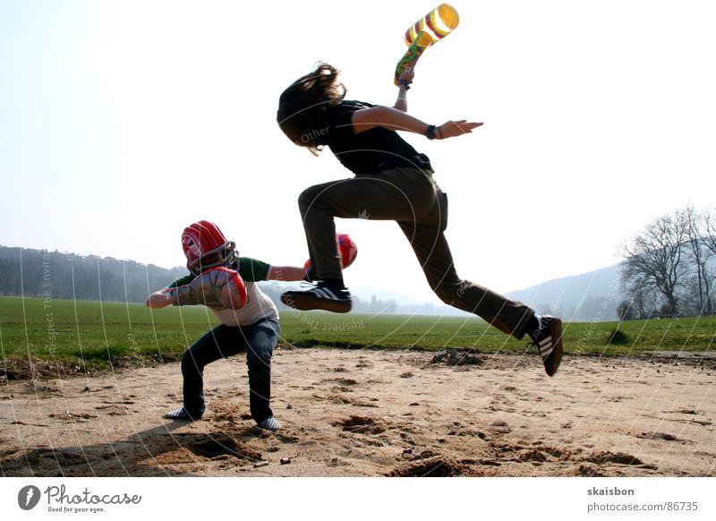 zeit für ein duell Freude Spielen Sportveranstaltung Hammer Helm Spielzeug Bewegung kämpfen Aggression lustig Wut Kraft Angst Ärger Krieg schlagen Duell Aktion