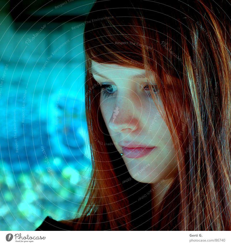 musing verträumt Denken Trauer besinnlich Gedanke Frau Porträt schön rothaarig langhaarig attraktiv Verzweiflung Konzentration thouhtfully sinnierend reflective