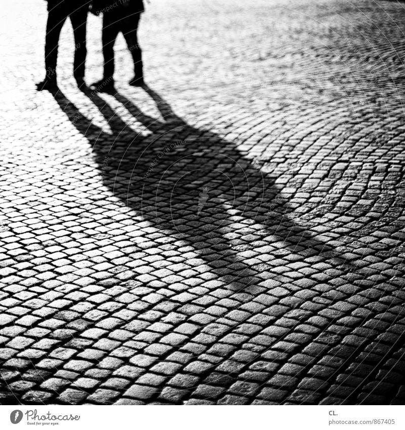 burgplatz Mensch Paar Partner Leben 2 Platz Verkehrswege Fußgänger Wege & Pfade Kopfsteinpflaster gehen Zusammensein Lebensfreude Einigkeit loyal Sympathie