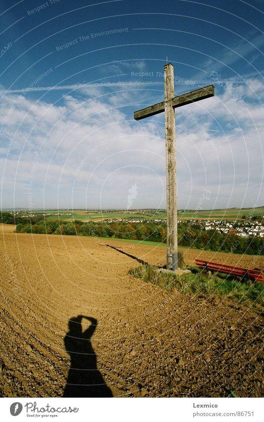 Kreuz auf dem Berg Landschaft Religion & Glaube Rücken Aussicht Denkmal Wahrzeichen Christentum Blauer Himmel verdunkeln