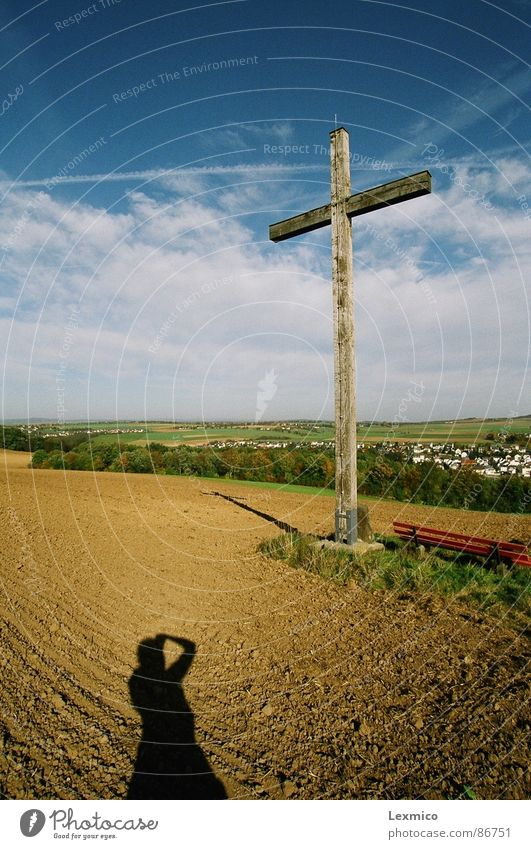 Kreuz auf dem Berg Religion & Glaube Christentum verdunkeln Wahrzeichen Denkmal Blauer Himmel schönwetter Landschaft Rücken Schatten Aussicht gottesglauben