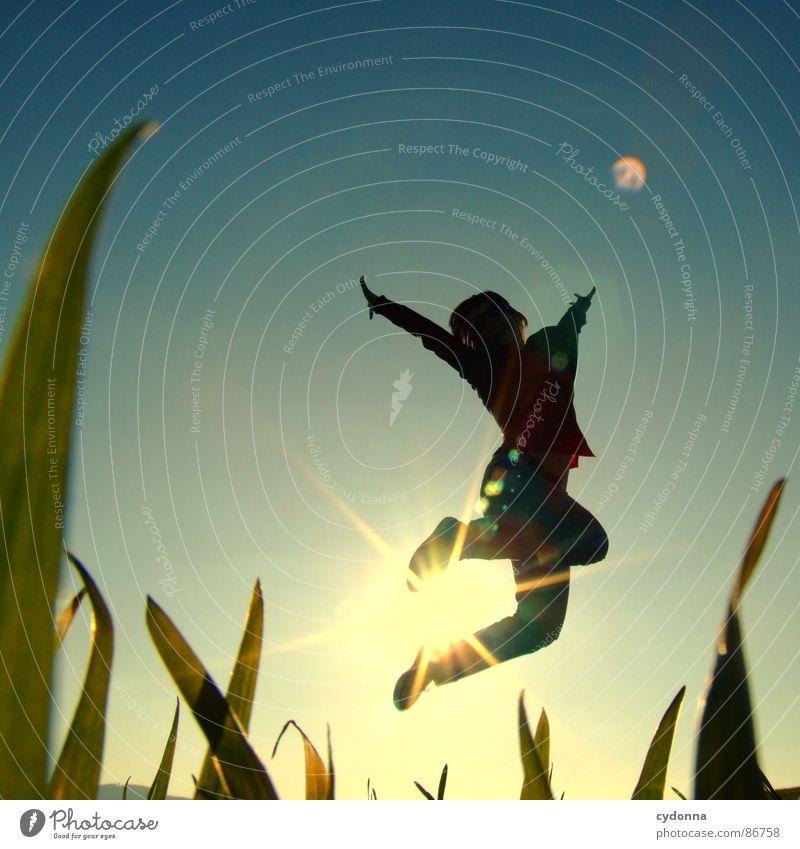 Hoch hinaus I Frau Mensch Natur Sonne grün Freude Wiese Gefühle Stil Gras Frühling Freiheit Landschaft fliegen Körperhaltung Halm