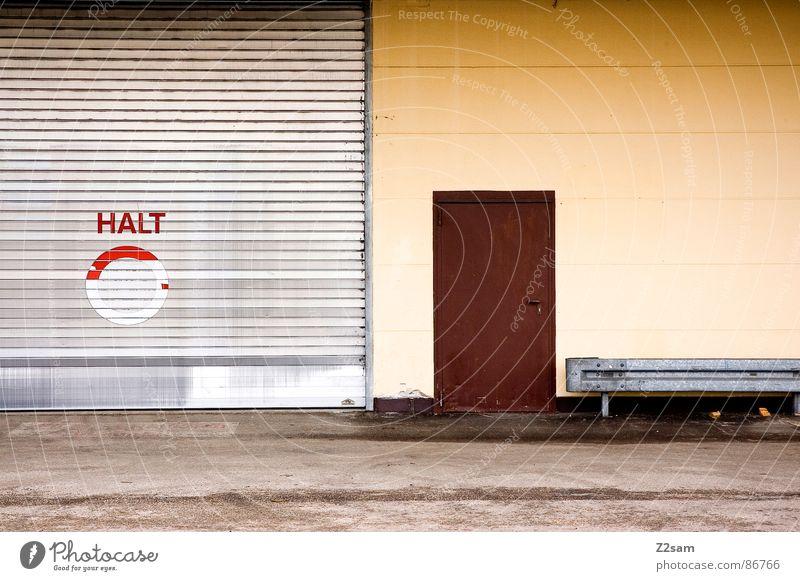 halt - TOR Halt stoppen rot Garage kaputt Teer Asphalt Typographie Buchstaben Wort sehr wenige Stil Leitplanke Verkehr Parkplatz braun Wand Architektur Tor