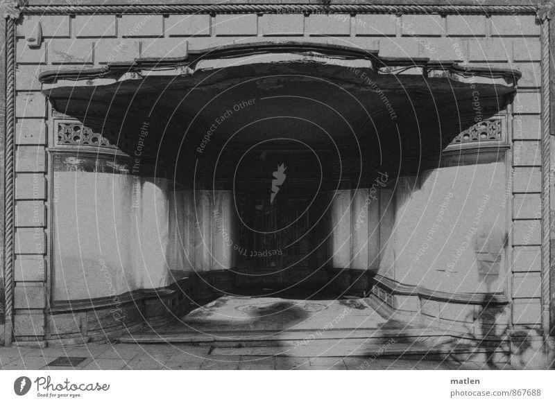 descolorida elegancia Fußgängerzone Menschenleer Haus Mauer Wand Fassade Tür Straße Stadt geschlossen Handel Krise Konkurs Misserfolg Schwarzweißfoto