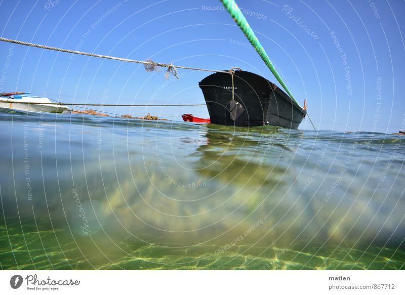 achteraus Wasser Himmel Wolkenloser Himmel Horizont Sommer Wetter Schönes Wetter Wellen Meer Schifffahrt Fischerboot blau grün rot schwarz stagnierend Seil