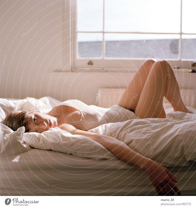 sehnsucht... Frau weiß schön Fenster braun liegen Bett Lippen Schlafanzug Decke Kissen Mensch Licht verführerisch Möbel sentimental
