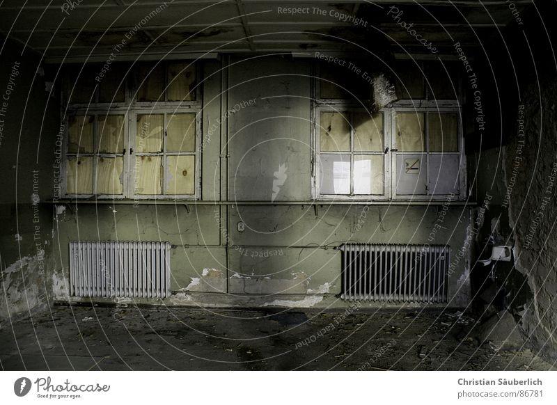 DIE KAMMER DES SCHRECKENS dunkel Fenster Raum Angst verfallen Ruine Heizkörper Platzangst verrotten Kammer