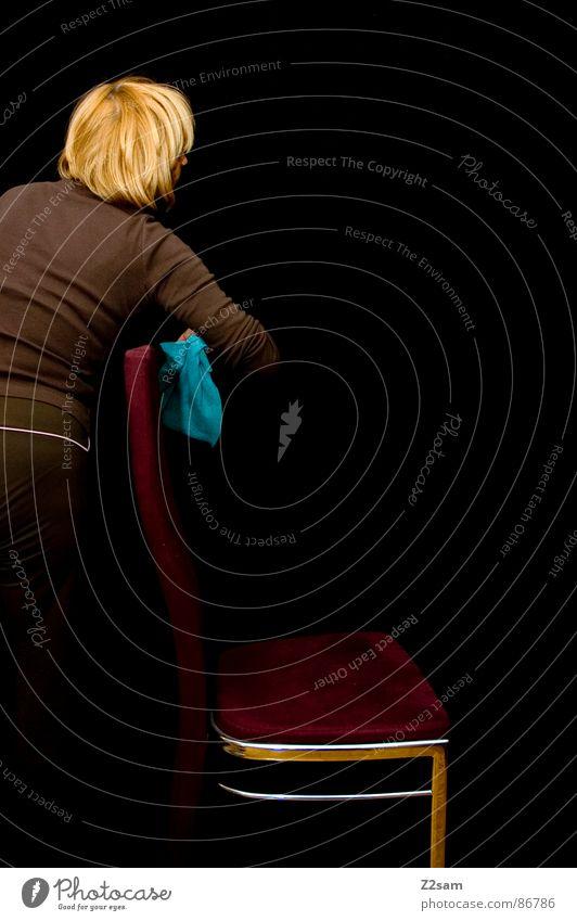hausfrauen alltag Fussel Sauberkeit Photo-Shooting Wischen Frau Vorhang blond schwarz rot Samt Reinigen Mensch helblau Stuhl Lumpen Haare & Frisuren silber