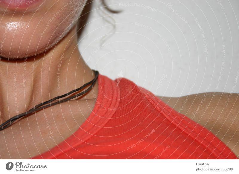 ordinary Frau rot Sommer orange Lippen Top Kette Sonnenbad Schulter Nervosität Kinn Träger Bekleidung Lederband