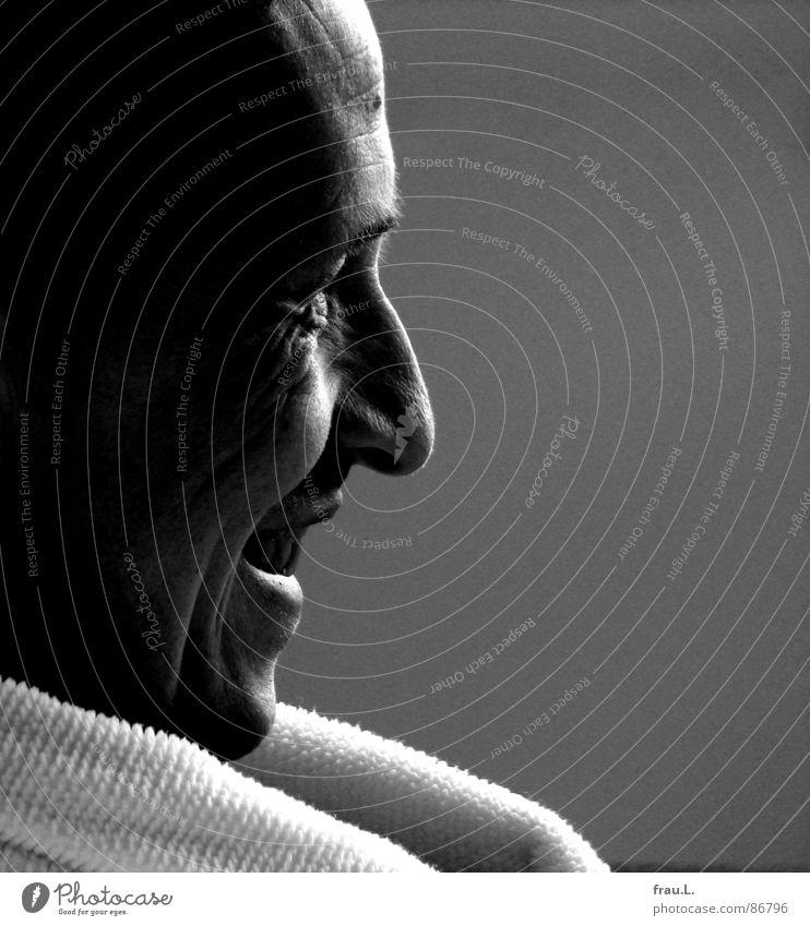Hein Blöd zuhören Bademantel lachen Blick Fernsehen Sonntag amüsiert Falte Lachfalte Mann Gesicht Porträt Freude nach dem Baden Sendung mit der Maus