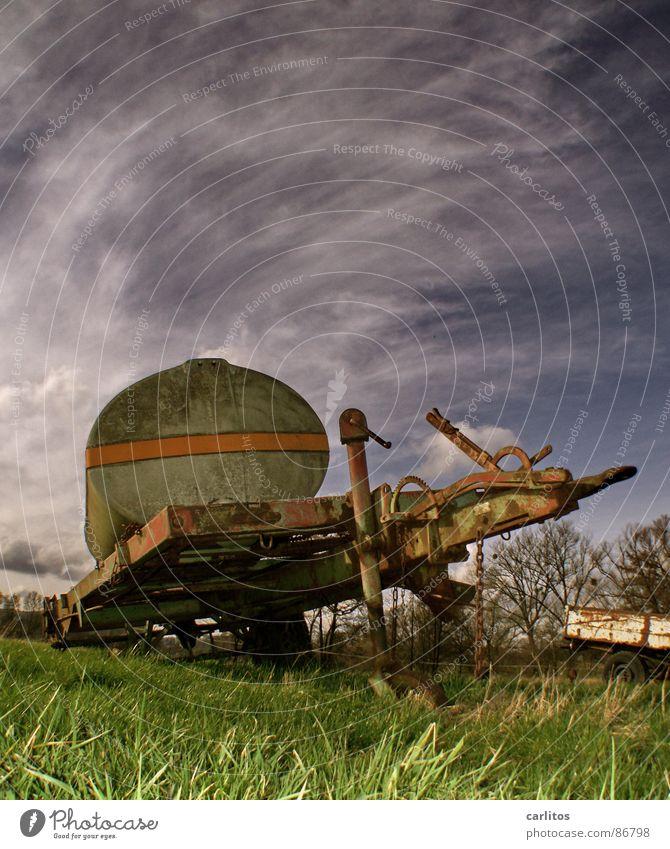 Du hast ja 'n Rad ab!! 1 alt grün Wiese Gras kaputt Vergänglichkeit Landwirtschaft Bauernhof Rost Weide Tank Schrott Anhänger unbrauchbar nutzlos ausgemustert