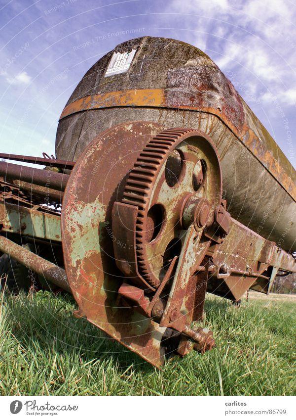 Du hast ja 'n Rad ab!!  2 alt grün Gras kaputt Vergänglichkeit Landwirtschaft Bauernhof Rost Zahnrad Tank Schrott Anhänger Antrieb unbrauchbar nutzlos