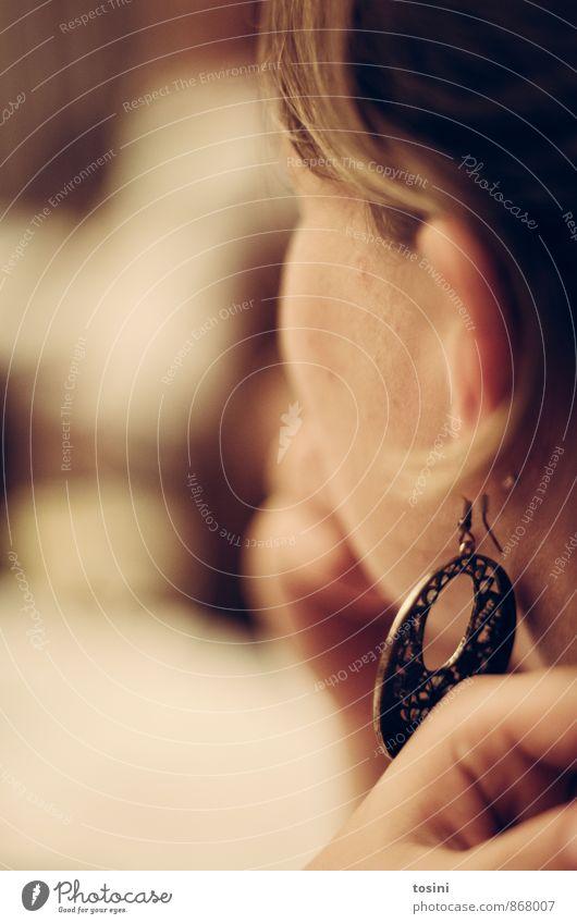 Gedanken feminin Kopf Haare & Frisuren Ohr Finger 1 Mensch Gefühle Denken nachdenklich Ohrringe Porträt Seitenblick Farbfoto Innenaufnahme Detailaufnahme