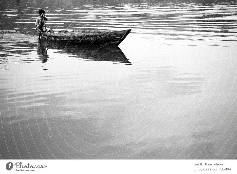 Überfahrt See Wasserfahrzeug Monochrom ruhig Schwarzweißfoto Junge Fluss