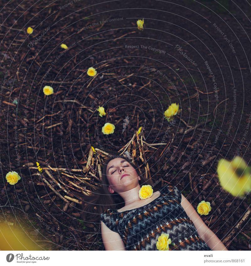 Königliche Träume feminin Frau Erwachsene 1 Mensch 13-18 Jahre Kind Jugendliche 18-30 Jahre Blume Rose Waldboden Holz Krone schlafen träumen braun gelb