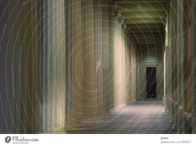 Am Ende kein Licht Sterbehilfe Durchgang Eingang Einsamkeit Fenster Gewölbestein Gotteshäuser Grabkammer Griechenland Gruft klassisch Flur Kuppeldach Lebenslauf