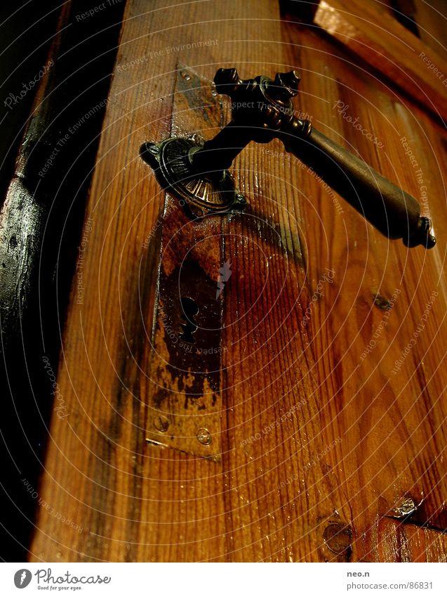 Alter Türgriff Haus Holz Metall historisch Perspektive Griff Holztür Schlüsselloch Flügeltür rustikal Altbau Altbauwohnung braun orange Farbfoto Nahaufnahme