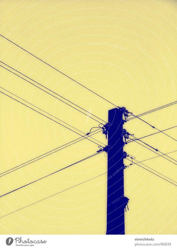 Strommast wie zu omas Zeiten alt Traurigkeit Industrie Energiewirtschaft Elektrizität DDR Hochspannungsleitung Altstadt Strömung konservativ Stromverbrauch Altwaren antiquarisch Stromausfall Ostzone Stromrichter